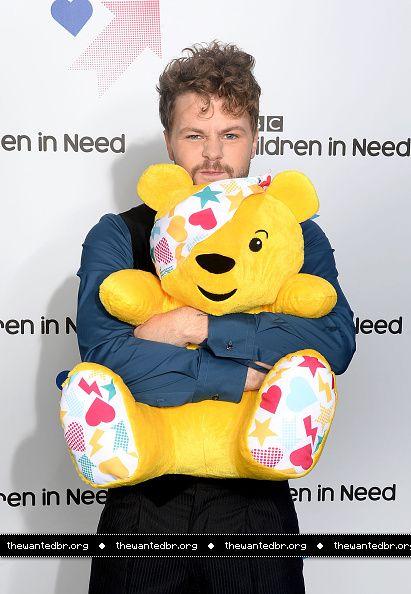 Jay no Children in Need, da BBC. (7 nov.)
