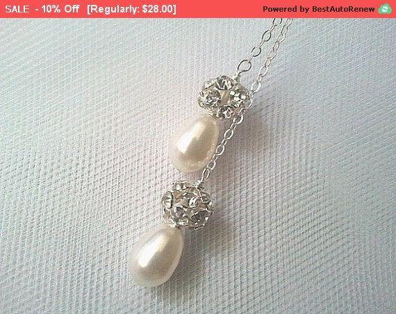 Bodas colección perla blanca - regalo de boda, nupcial joyería, colgantes Swarovski boda elegante joyería hecha a mano    Clásico Swarovski perlas... con acentos de diamante de imitación glamourosos!  --Disponible en cualquier color de la perla - sólo pregunte!...  Este diseño ha sido realizado con CRYSTALLIZED ™ - Swarovski Elements.    -Collar hecho con perlas de 8mm y bolas de plata del rhinestone glam. Collar lariat hermosa. Mide 20 pulgadas antes de atar.  (Si necesita una longitud…