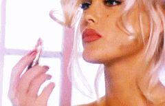 Anna Nicole applying her lipstick.
