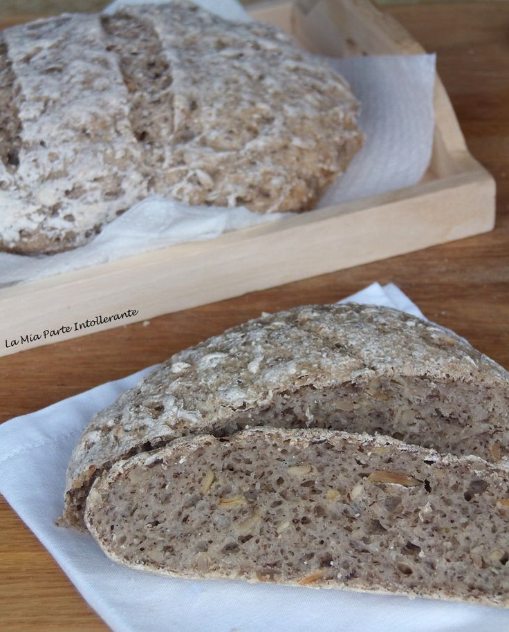 Pagnotta rustica senza glutine e lattosio, con semi di zucca e semi di lino.
