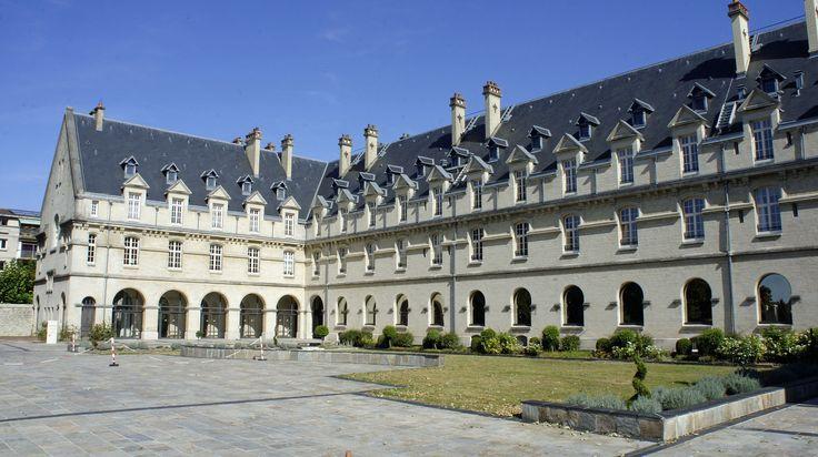 Cour ouest Hôtel de région 392 - Châlons-en-Champagne — Wikipédia