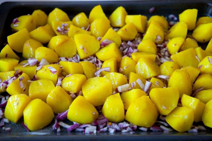Krispiga och kryddiga potatisar som är goda att serveras vid de flesta rätter. En god sidorätt som passar perfekt vid indisk mat. 6 portioner Ca 10-12 mellanstora potatisar (fast sort) 1 tsk salt eller en grönsaksbuljongtärning 1 msk gurkmeja 2 st röda lökar 1 msk garam masala 1 msk svarta senapsfrön (kan uteslutas, jag lagade mina utan) 0,5 dl olja Salt Recept på perfekt ugnsrostad potatis hittar du HÄR! Gör såhär: Skala potatisarna och dela dem i mitten. Lägg dem i en kastrull, smula i…