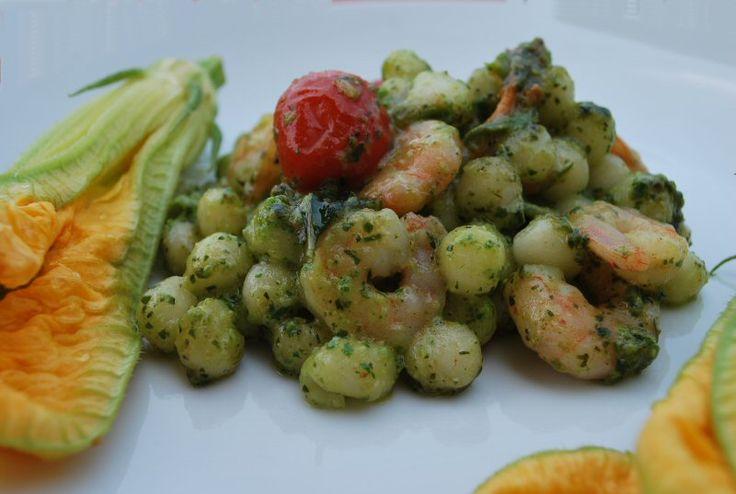 Gnocchetti al pesto, fiori di zucca e gamberetti, ricetta estiva