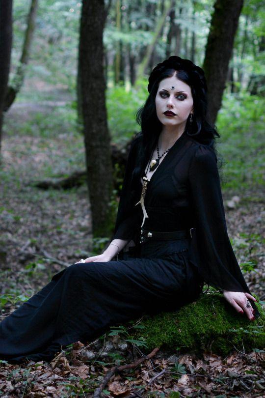 Model/MUA/Photo: Magda Corvinus Top: Queen of darkness/Headpiece: Restyle Bird skull necklace: Equinox Jewelry & Accessories Photo assistant: C. Ioan