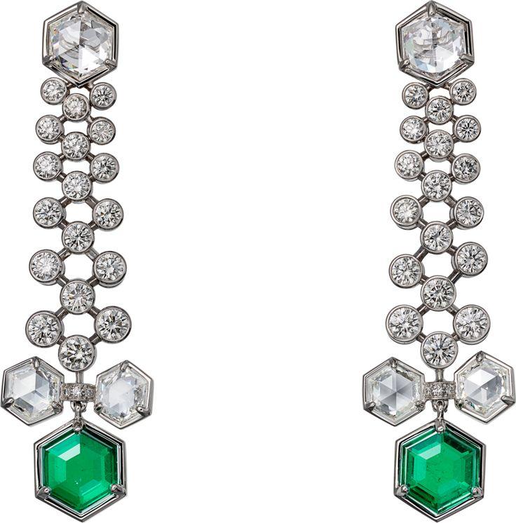 CARTIER. Boucles d'oreilles - platine, deux émeraudes de Colombie hexagonales pour 3.42 carats, un diamant E/VS2 hexagonal de 0.81 carat, un diamant G/VS1 hexagonal de 0.77 carat, quatre diamants hexagonaux, diamants taille brillant.