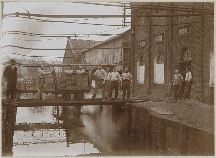 Anonymous | Werknemers in de weer met een geladen kar bij een watertje, Anonymous, c. 1900 - c. 1910 | Onderdeel van Familiealbum met onder meer foto's van Wijnhandel Kraaij & Co. Bordeaux-Amsterdam.