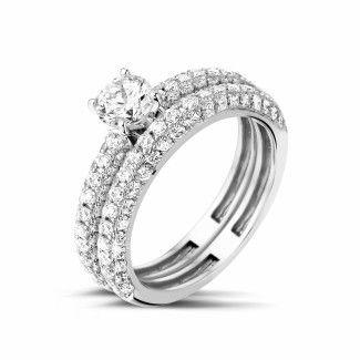 - Set witgouden diamanten trouwring en verlovingsring met 0.50 caraat centrale diamant en kleine diamanten