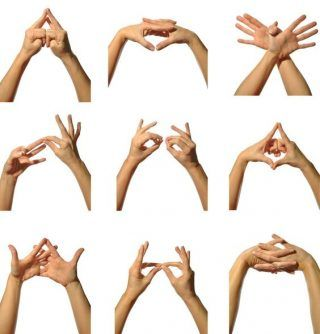 Мудры на все случаи жизни! Слово мудра в переводе с санскрита, означает «дарующая радость». «Муд» означает радость и знак богам, поэтому чаще слово мудра переводят как знак, печать, примета. «Ра» – же интерпретируется, как даровать. Мудра — это йога пальцев рук, способ создания энергетической конфигурации. Это инструмент саморазвития, который позволяет человеку работать со своим телом и окружающим пространством. | http://omkling.com/mudry-na-vse-sluchai-zhizni/
