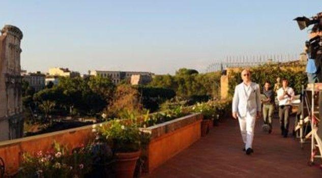 La Grande Bellezza, di P. Sorrentino (2013) -----  Jep Gambardella sulla terrazza del suo appartamento con vista sull'anfiteatro Flavio, il Colosseo. Foto di scena) #cinema #Roma
