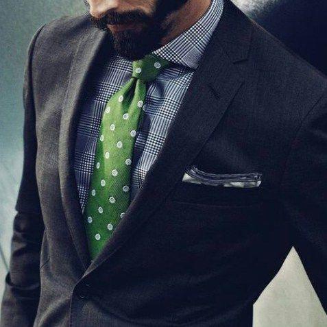 チェックシャツと緑ドットネクタイ