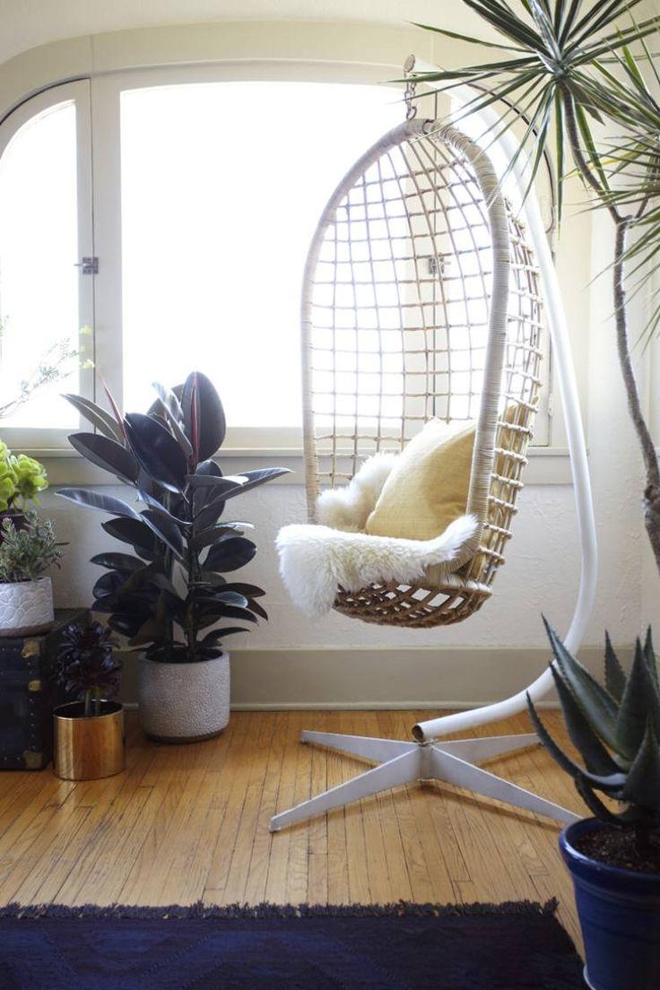 Hängesessel Mit Ständer Umgeben Von Hauspflanzen. KorbRattan