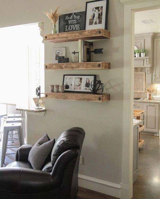 Красивые и на первый взгляд простые деревянные полки станут прекрасным элементом декора в гостиной комнате.
