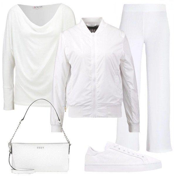 Outfit total white, adatto per tutti i giorni: ampia maglia in viscosa, con zip su un lato, pantaloni morbidi, a vita alta e gamba a zampa, bomber in tessuto tecnico, sneakers di ecopelle e tracolla di pelle.