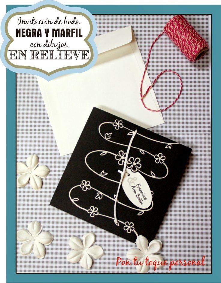 Invitación de boda en negro y marfil con dibujos en relieve.