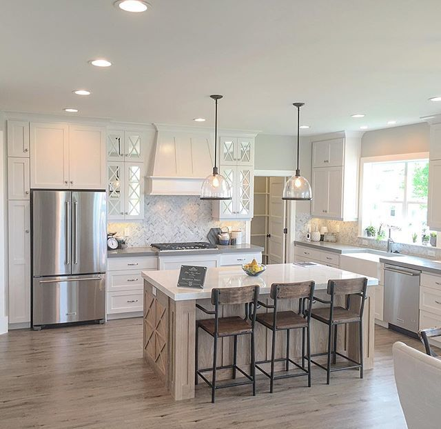Simple and open kitchen. Plenty of space between the island and the perimeter…