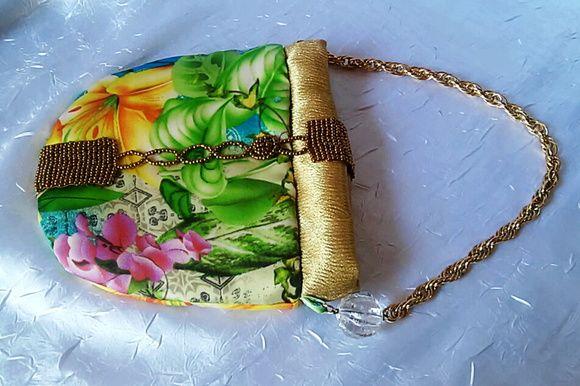 Bolsa de mão em tecido floral, com fecho em botão ímã, customizada com pedrarias, alça em corrente dourada, bem estilosa e elegante!!