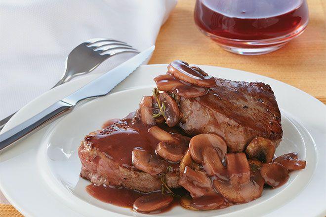Medallones de carne con salsa de vino tinto y champiñones