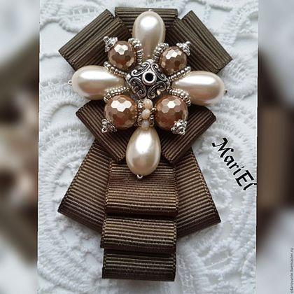 Купить или заказать Брошь-галстук'Лесная олива' в интернет-магазине на Ярмарке Мастеров. Великолепная брошь- жабо,выполнено из репсовых лент..Маленькая ,милая брошь украсит Вашу блузу или рубашечку. Этот галстук достойно дополнит Ваш гардероб и может стать приятным подарком для Ваших близких Все наши работы (броши, серьги, колье, кулоны) можно посмотреть здесь www.livemaster.ru/o4arovanie?
