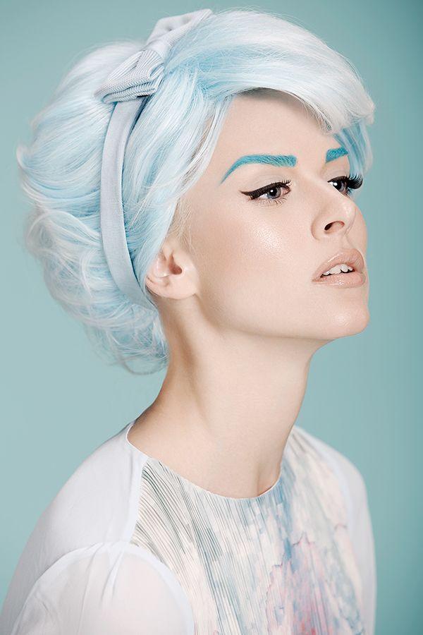 Cabelo e sobrancelhas azul.