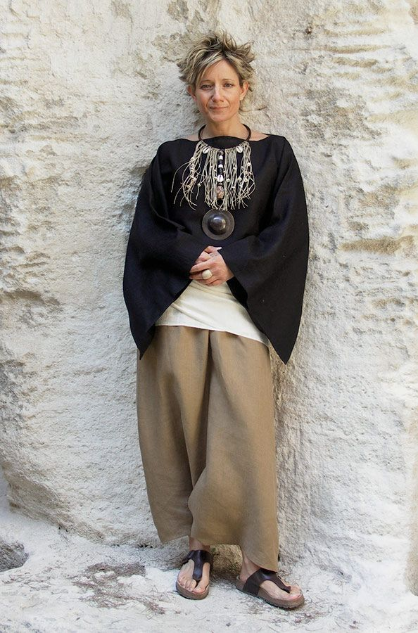 Top 'Japan' in black linen soft, kimono sleeves  worn over a linen sarouel skirt tobacco colors  Jewel of exception: wide plastron son linen and pearls African (Mali terracotta, wood, coconut shells and bones, hammered antique brass pendant)