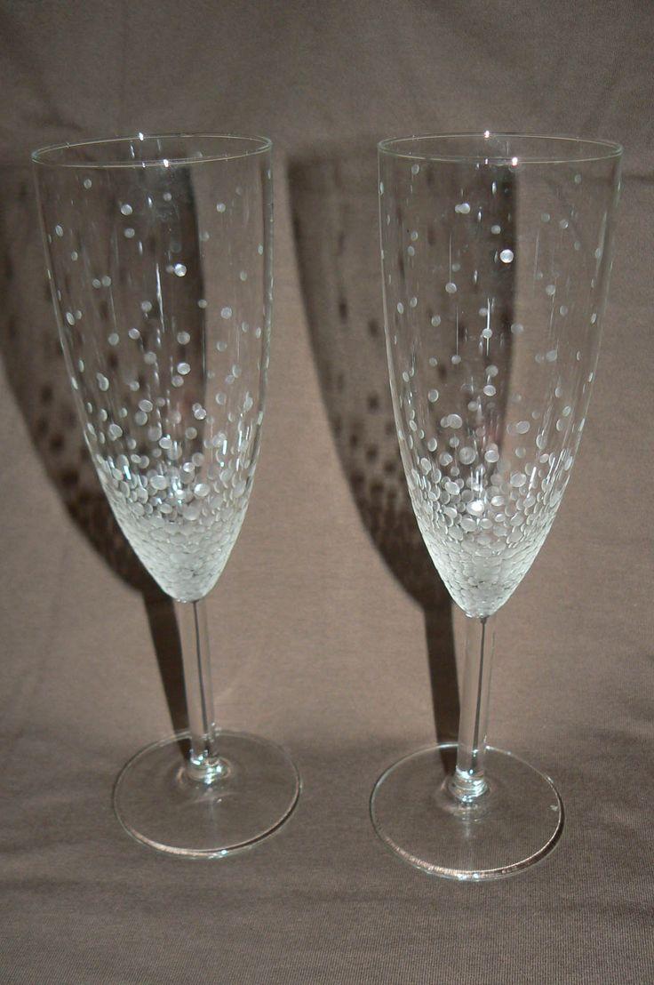 Bublinkování (6 ks) Sada 6-ti skleniček s ručně gravírovaným motivem bublinek, které od spodu postupně zmenšují a ztrácejí. Cena za celou sadu 6-ti kusů. Výška sklenic 21cm; objem 15cl