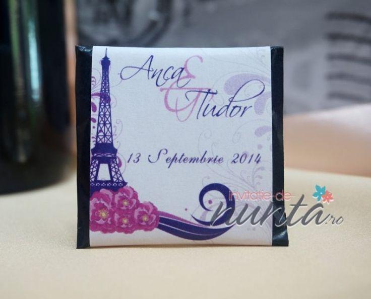 Marturie de nunta tableta de ciocolata Tour Eiffel, decorata cu o eticheta eleganta, in tematica Paris. Eticheta este alba, cu Turnul Eiffel si modele florale in nuante de mov si fucsia. Eticheta se personalizeaza cu numele mirilor si data nuntii.