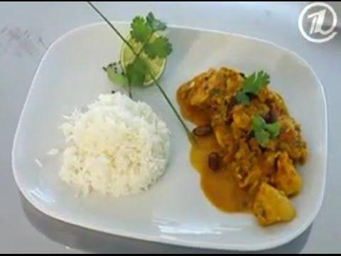 Курица и очень много специй – вот секрет индийского блюда «КАРРИ», а на гарнир рис. Нам потребуются: - Куриные грудки - 400 г,  - рис - 100 г,  - помидор - 2 шт.,  - острый перец – 1 шт.,  - луковица - 2 шт.,  - чеснок – 5 долек,  - корень имбиря – 1 шт.,  - семена фенхеля, кумина, кориандр, карри – по 50 г,  - кинза,  - грецкие орехи – 20 г,  - консервированная фасоль – 100 г.  Количество порций – 2. Время приготовления – 30 минут.