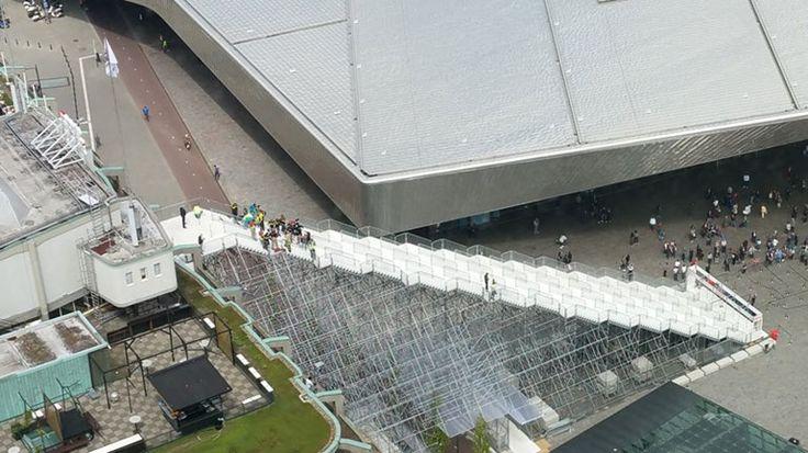 De Trap bij treinstation Rotterdam Centraal kan een week langer worden beklommen. Het bouwwerk trekt volgens de organisatie veel publiek en mag dus nog even blijven staan.