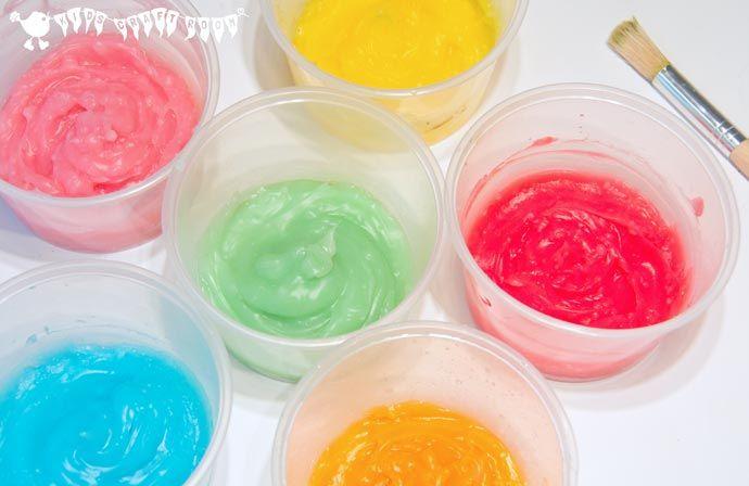 Vingerverf is niet alleen voor baby's en peuters!  Hier is een makkelijke zelfgemaakte sensorische en eetbare vingerverf recept dat kinderen van alle leeftijden zullen aanbidden verkennen.