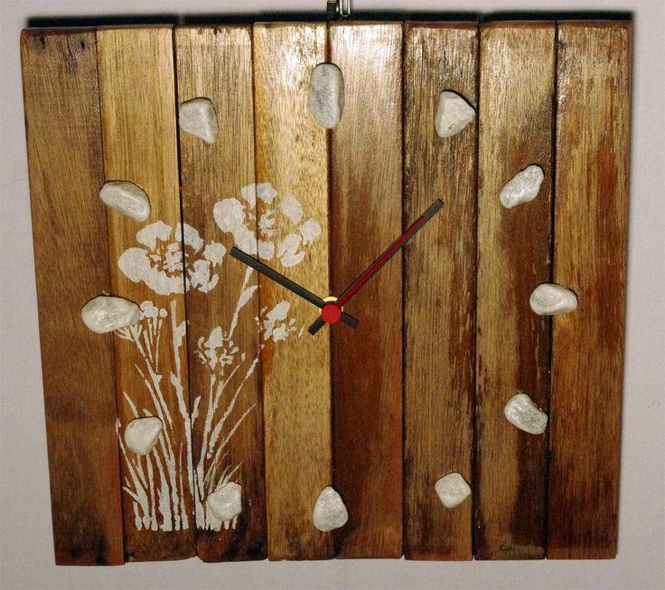 Orologi da parete realizzati con legno di recupero e impreziositi con disegni realizzati a mano. #orologio #clock wall #salotto #cameretta #cucina #riciclo #upcycling #riuso #design #handmade #fattoamano #provenzale #country #shabby #rustico #design #steampunk #arte