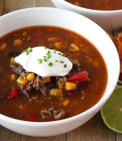 MEXICAANSE CHILI CON CARNE SOEP  Zin in chili? Maak een heerlijke Mexicaanse chili con carne soep met dit makkelijk recept. Met gehakt en lekker veel groente. Serveer er brood, cheddar, zure room en tortilla chips bij. Superlekker!