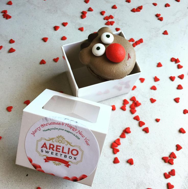 Christmas is in the air with Rudolf Macarons and these cool labels by Celebrate with Avery! #AveryMerryChristmas #CelebrateWithAvery #GiftPacks #Labels #PrintableLabels #ChristmasIdeas
