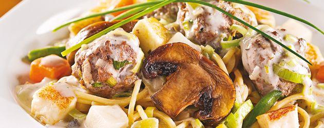 Boulettes de veau sur pâtes aux tomates séchées, sauce aux champignons et poireaux - Complètement poireau