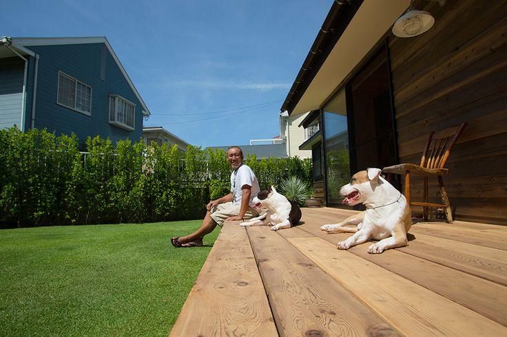 緑の芝生を走り回り、広いデッキで日向ぼっこ。ピットブルのキクとマナには最高の環境。
