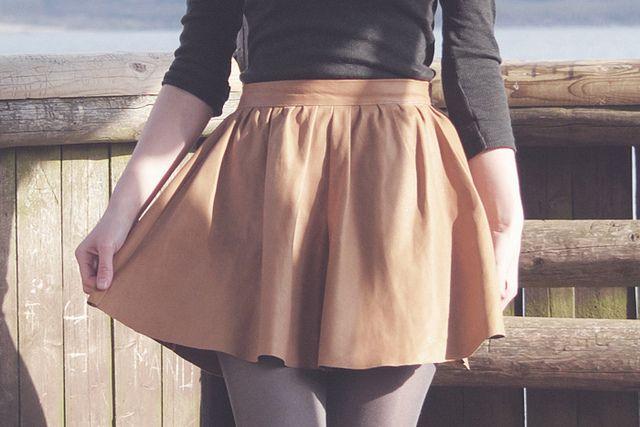 tuto jupe froncée taille haute / un carnet sans pages  http://www.uncarnetsanspages.fr/2011/07/patron-de-ma-jupe-froncee-taille-haute/