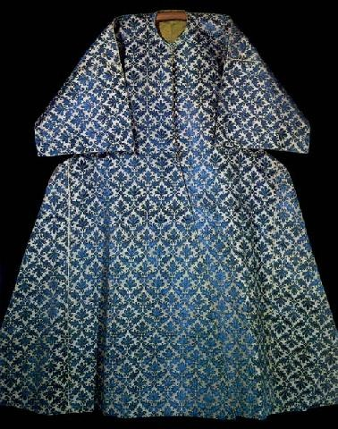 Caftan with short sleeves associated with Murat IV (1623-40). Blue velvet stitches set in floral rhombus pattern, made in Italy in the 17th century.