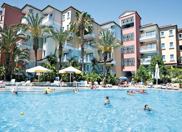 Het 3 sterren appartementencomplex Paloma Rina biedt ruime, moderne appartementen die van alle gemakken zijn voorzien. Door de aparte slaapkamer zijn ze geschikt voor een vakantie met het hele gezin.    Het sfeervolle complex heeft een ruim zwembad met een kinderbad. Op het dak van de appartementen is het à la carte restaurant, waar u heerlijk kunt dineren, terwijl u uitkijkt over de jachthaven. Paloma Marina is zeer centraal gelegen. Het strand ligt op slechts ca. 150 m. Officiële categorie…