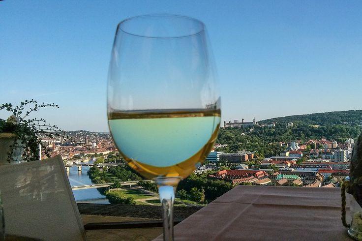 Was gibt's Schöneres? Ein Glas Wein bei toller Aussicht genießen  ... #wuerzburg #wein
