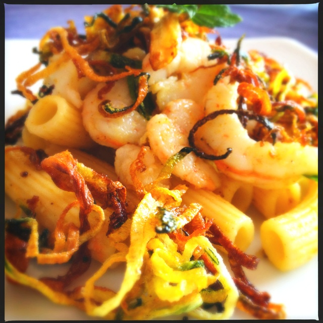 Pasta salad with shrimps, zucchini chips, mint and curry