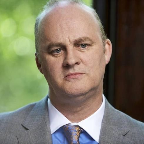 Tim McInnerny plays Friar Bain in Episode 3, The Way Out. Outlander. McInnerny was born September 18, 1956 in Cheshire, England.