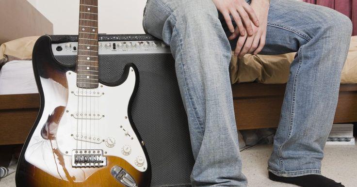Cómo eliminar el ruido en un amplificador para guitarra. Un circuito a tierra se crea cuando dos o más piezas del equipo están conectadas a la misma fuente, esto puede causar un zumbido molesto que sale a través de tu amplificador de guitarra. El uso de un adaptador A/C que convierte el enchufe del amplificador de tres a dos puntas es un método común para evitar el zumbido del circuito a tierra, pero ...