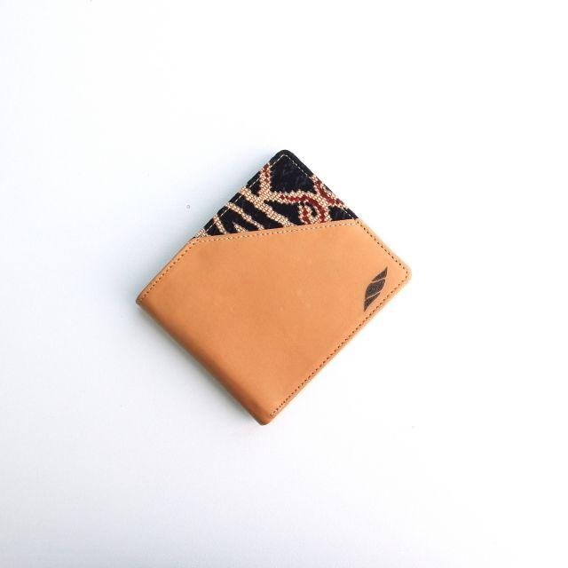 Material - Kulit Sapi Top Grain Grade A - Lapisan kain satin - Penjahitan menggunakan mesin - Kain tenun Batik Dayak  Design - 13 slot kartu - 1 slot dengan zipper - 2 slot uang - Ukuran 11cm x 9cm