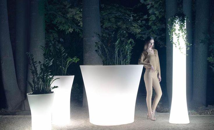 Svítící samozavlažovací květináče značky Vondom. Dokonalá funkčnost, jedinečný design.