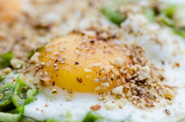 """En lille eksotisk variation over morgenæggene har jeg altid plads til. Dukkah smager dejligt sammen med æg og i Egypten er det tradition at rulle blødkogte æg i dukkah og friturestege dem. Blommen skal forblive blød så den vælder ud, når man skærer ægget over. Det er desværre et lidt for stort projekt for mig...</p><p><a class=""""more-link"""" href=""""http://mindfulmad.dk/morgenaeg-med-gront-og-dukkah/"""">Read More »</a></p>"""