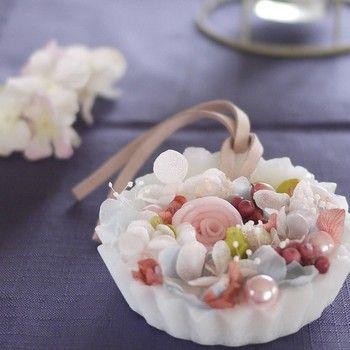 ドライフラワーに、コットンパールを添えると上品な華やかさが出ます。コットンパールも色々な色味があるので、お花に合う色を探してみてください。