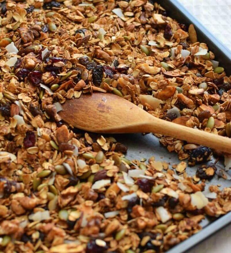 La granola se prepara con avena, semillas, nueces y se agregan frutas deshidratadas, se hornea hasta tostar