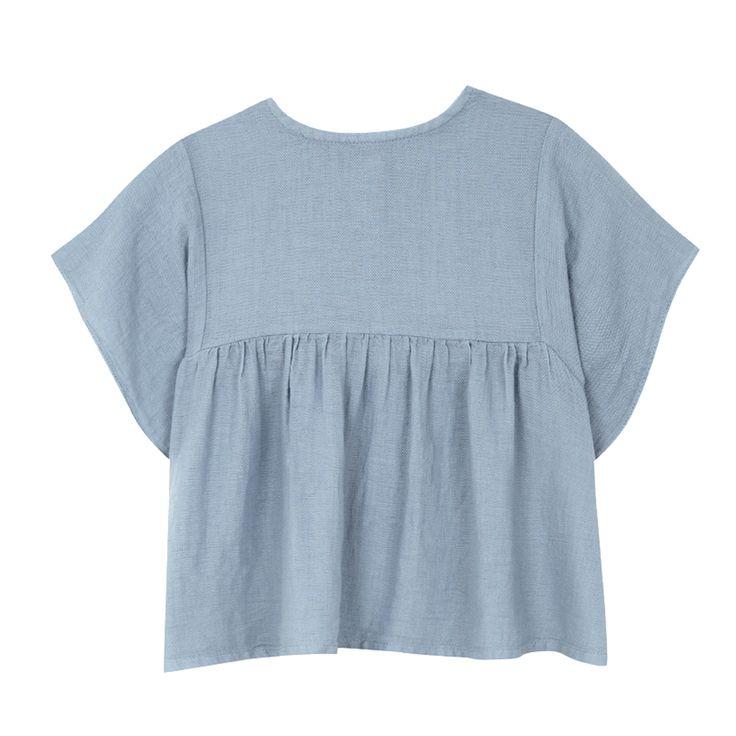 Μπλούζα σε μπλεχρώμα,  με ξύλινα κουμπάκια στο πίσω μέρος.  Από 100% βαμβάκι.