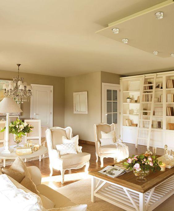 00319661. Amplio salón con una librería blanca y mucha iluminación_00319661