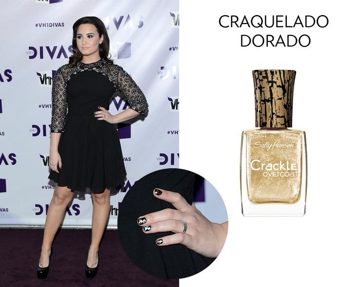 Toma nota del craquelado dorado de Demi Lovato para tu look de fiesta. Checa el resto de los tonos must para tus uñas ¡haciendo click!