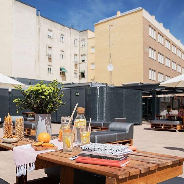 👋Si eres estudiante y te gusta #vivir de manera #independiente en #Madrid, en #ResidenciaClaraval te ofrecemos un #apartamento para que vivas con total libertad, ¡ah! Y con azotea🌴🍹  Solicita ya tu plaza en el link de la bio👆